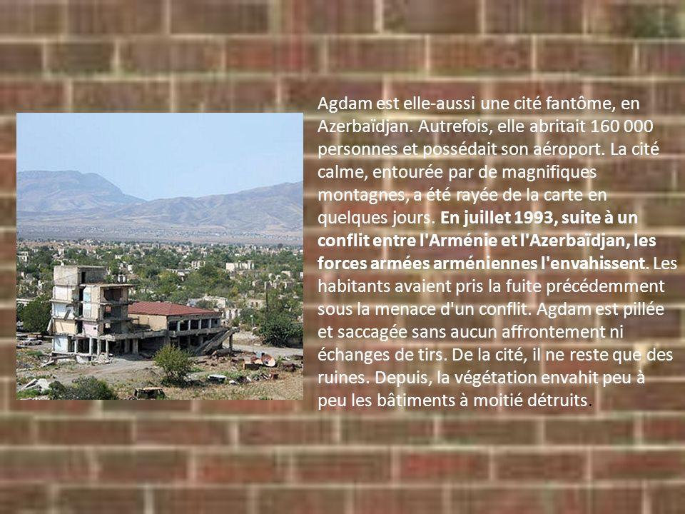 Agdam est elle-aussi une cité fantôme, en Azerbaïdjan. Autrefois, elle abritait 160 000 personnes et possédait son aéroport. La cité calme, entourée p