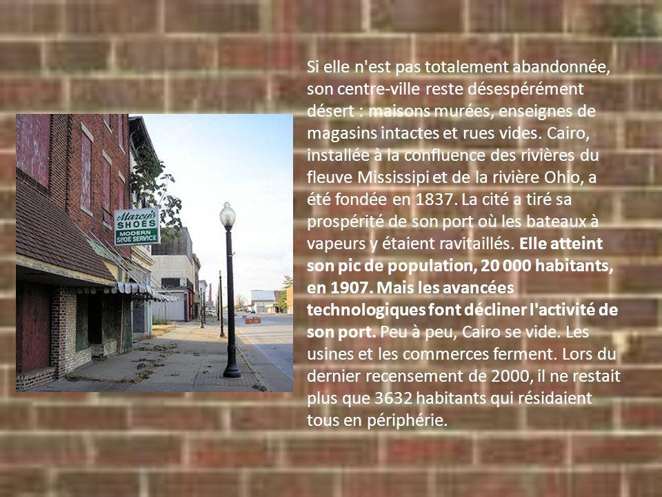 Si elle n'est pas totalement abandonnée, son centre-ville reste désespérément désert : maisons murées, enseignes de magasins intactes et rues vides. C