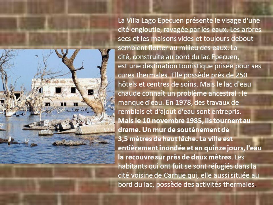 La Villa Lago Epecuen présente le visage d'une cité engloutie, ravagée par les eaux. Les arbres secs et les maisons vides et toujours debout semblent