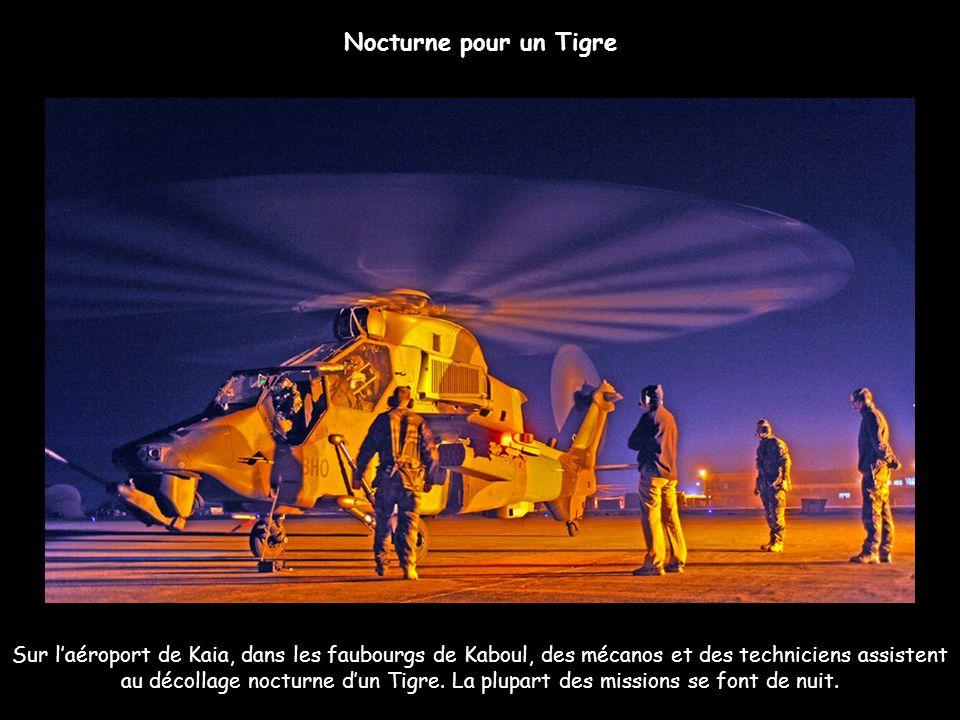 Sur laéroport de Kaia, dans les faubourgs de Kaboul, des mécanos et des techniciens assistent au décollage nocturne dun Tigre. La plupart des missions