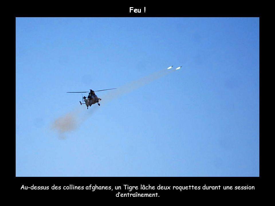 Au-dessus des collines afghanes, un Tigre lâche deux roquettes durant une session dentraînement. Feu !