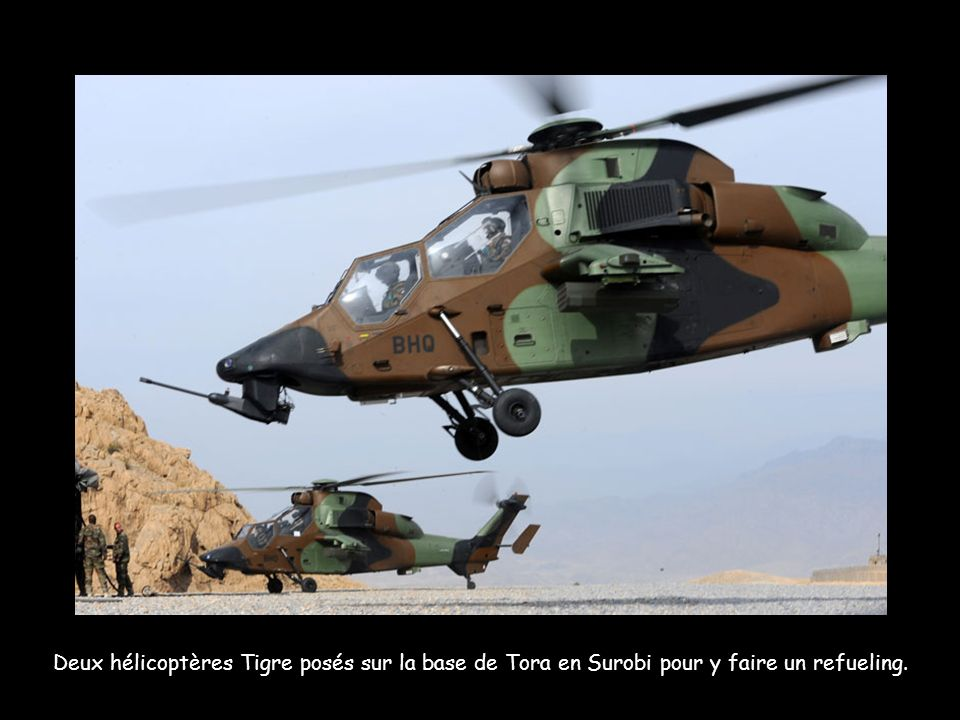 Deux hélicoptères Tigre posés sur la base de Tora en Surobi pour y faire un refueling.