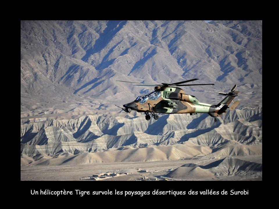 Un hélicoptère Tigre survole les paysages désertiques des vallées de Surobi