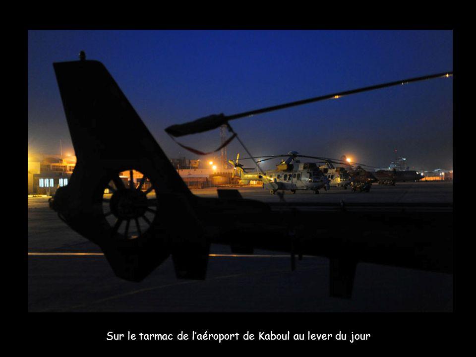 Sur le tarmac de laéroport de Kaboul au lever du jour