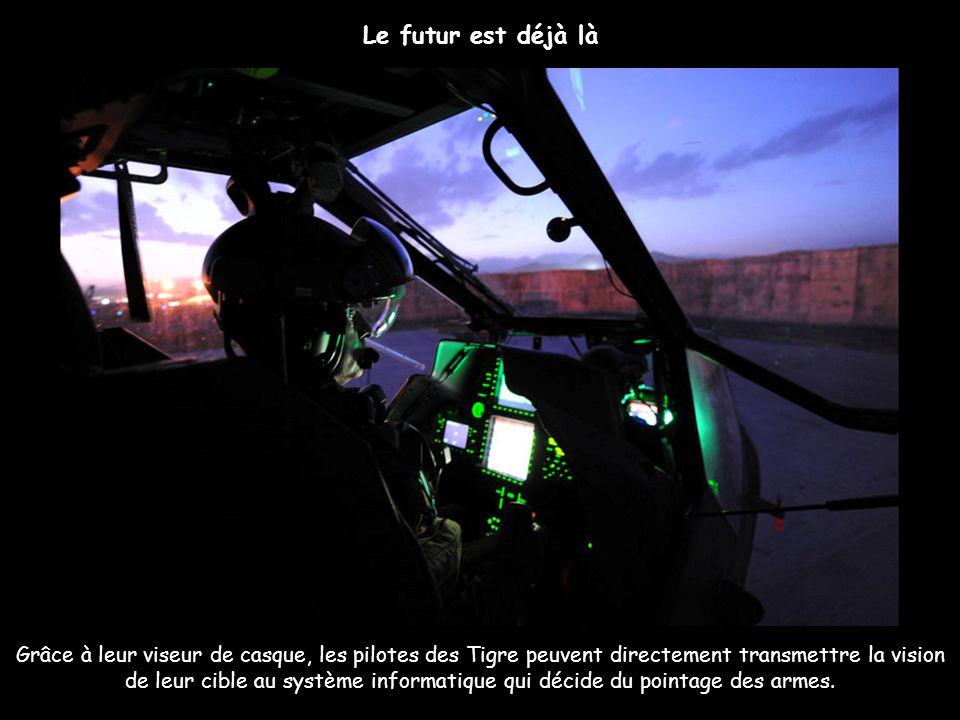 Grâce à leur viseur de casque, les pilotes des Tigre peuvent directement transmettre la vision de leur cible au système informatique qui décide du poi