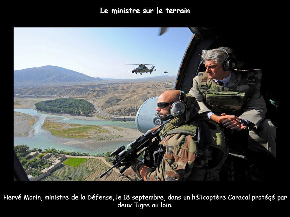Hervé Morin, ministre de la Défense, le 18 septembre, dans un hélicoptère Caracal protégé par deux Tigre au loin. Le ministre sur le terrain