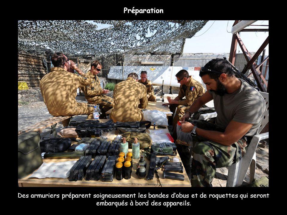 Des armuriers préparent soigneusement les bandes dobus et de roquettes qui seront embarqués à bord des appareils. Préparation