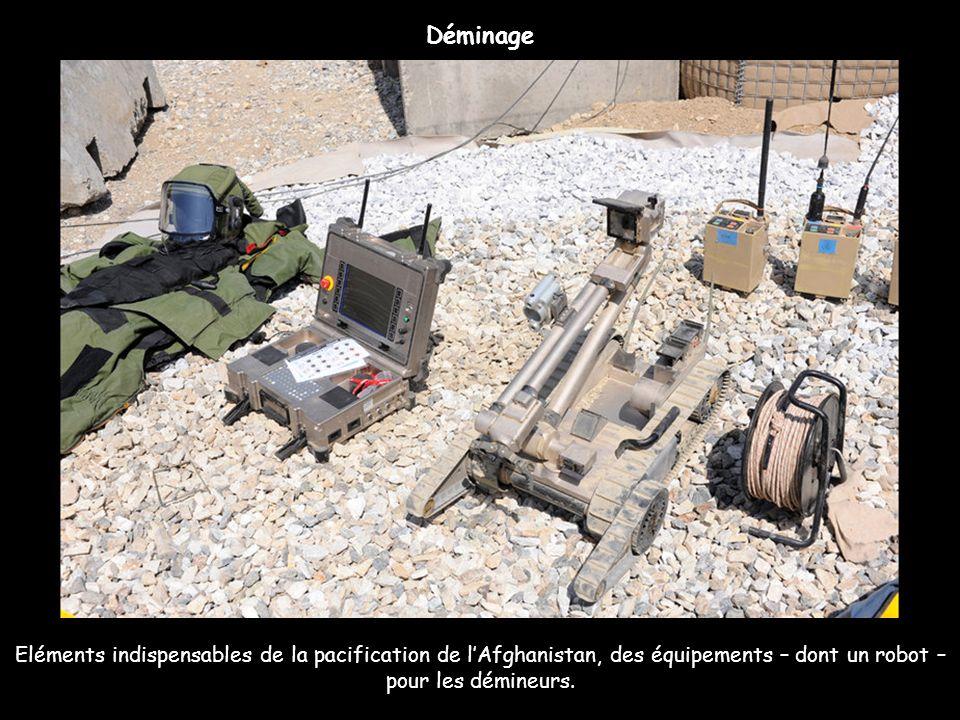 Eléments indispensables de la pacification de lAfghanistan, des équipements – dont un robot – pour les démineurs. Déminage