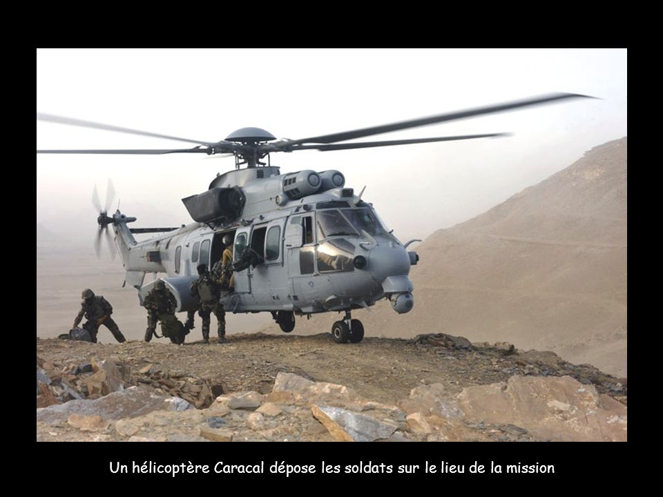 Un hélicoptère Caracal dépose les soldats sur le lieu de la mission