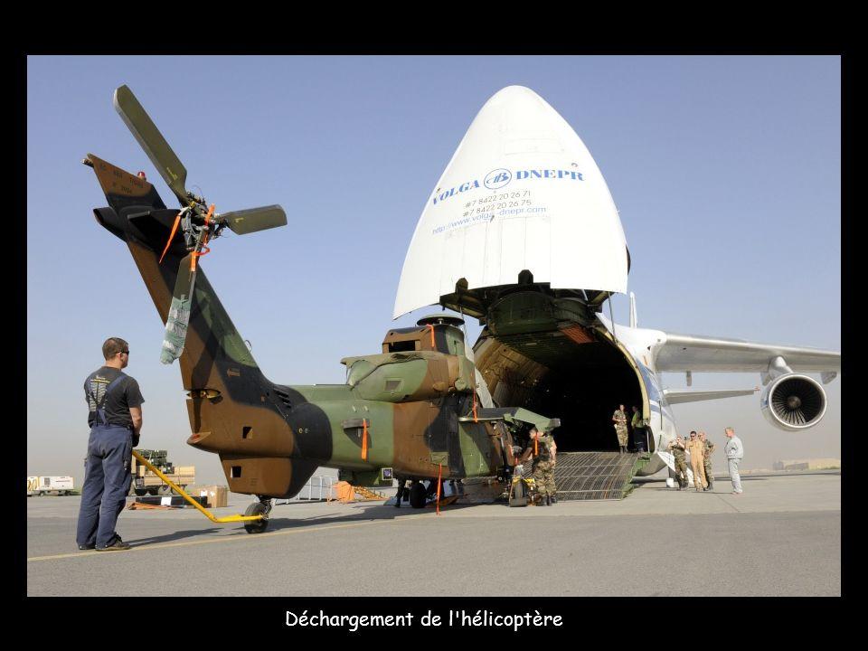 Hervé Morin, ministre de la Défense, le 18 septembre, dans un hélicoptère Caracal protégé par deux Tigre au loin.