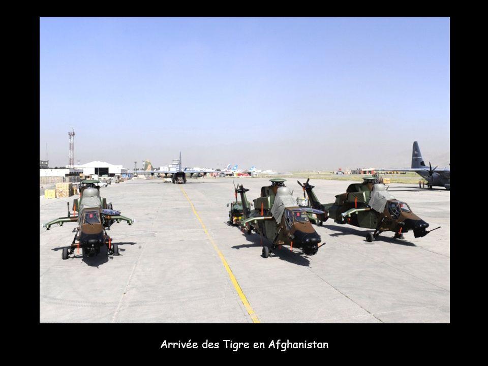Au-dessus des collines afghanes, un Tigre lâche deux roquettes durant une session dentraînement.
