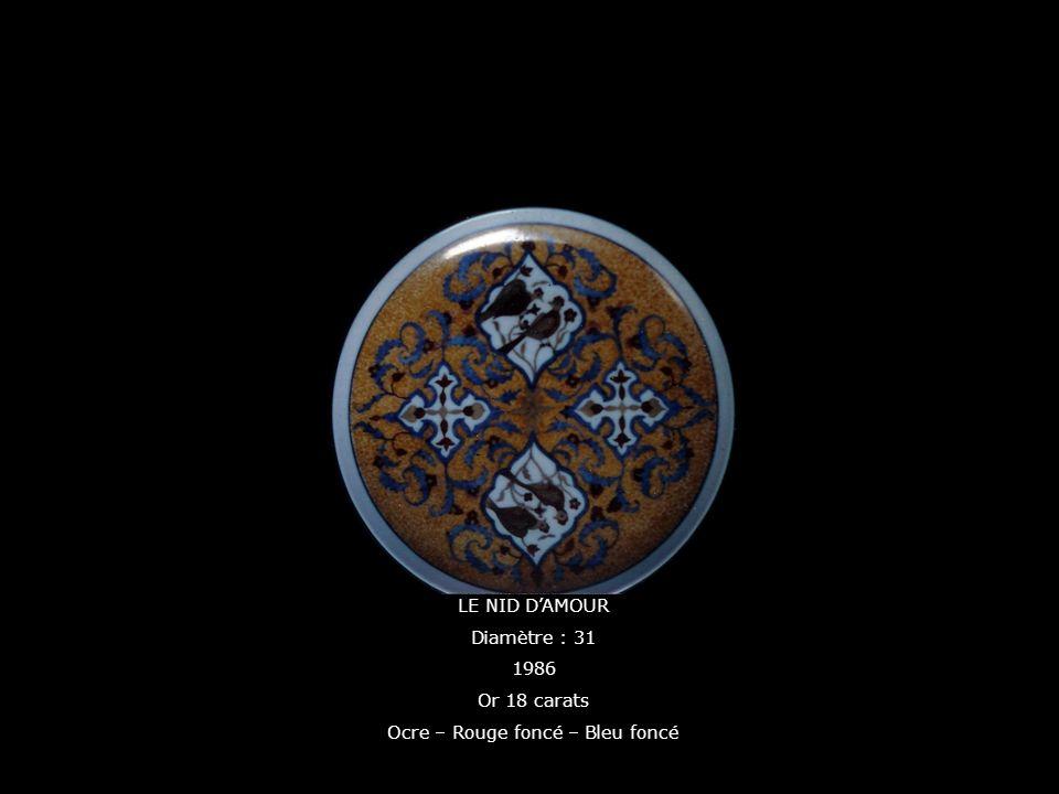 LE NID DAMOUR Diamètre : 31 1986 Or 18 carats Ocre – Rouge foncé – Bleu foncé