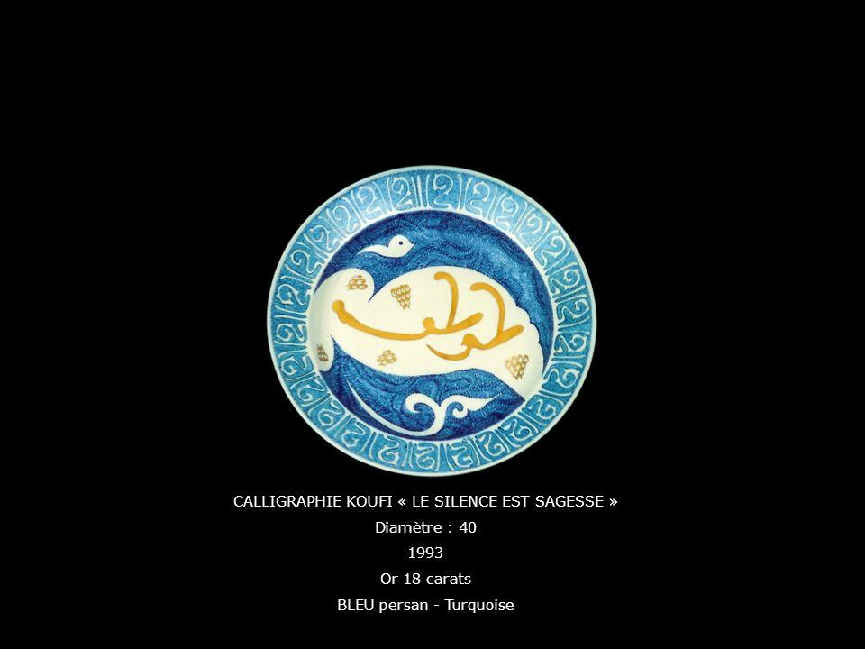 CALLIGRAPHIE KOUFI « LE SILENCE EST SAGESSE » Diamètre : 40 1993 Or 18 carats BLEU persan - Turquoise