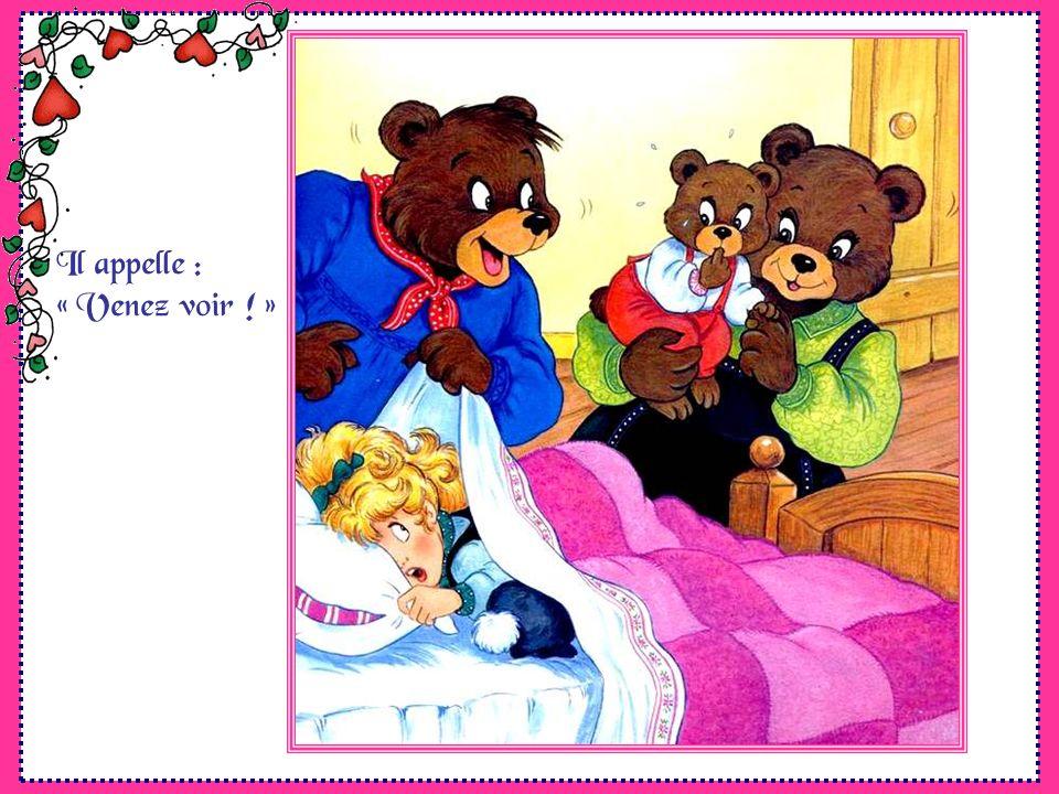 Dans la chambre, il voit les lits tout défaits. Et… Mais oui ! Il y a une bosse suspecte dans le lit de bébé Ours ! Il sapproche prudemment prêt à tou