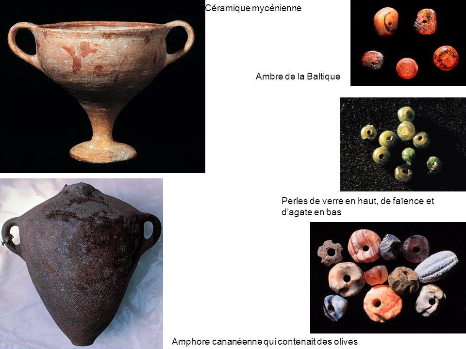 Céramique mycénienne Amphore cananéenne qui contenait des olives Perles de verre en haut, de faïence et dagate en bas Ambre de la Baltique
