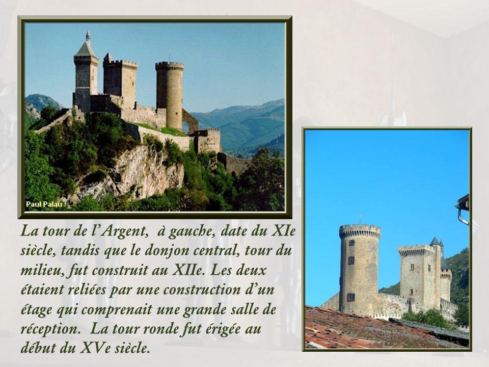 De loin, on aperçoit le château fort imposant, avec ses trois tours, construit du Xe au XVe siècle.