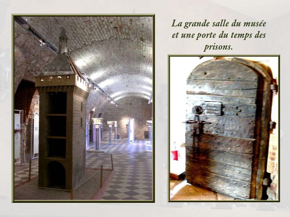 Les tours servirent de prisons politique et civile durant quatre siècles, jusquen 1862.