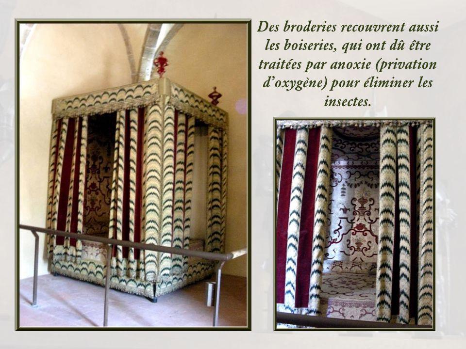 Le lit qui accueillait Henri IV, dernier comte de Foix, chez son ami Blaise de Villemur, au château de Pailhès, classé monument historique en 1965, fu