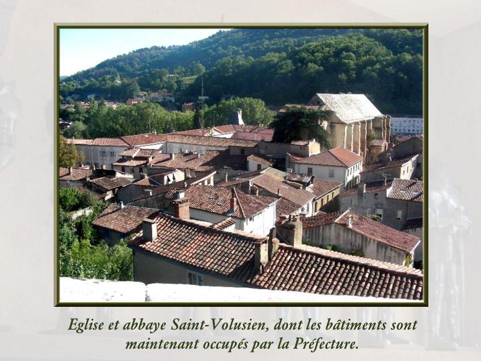 Saint -Volusien fut Evêque de Tours au Ve siècle et il mourut, martyrisé par les Goths, aux portes de Foix. Ses reliques furent conservées en léglise