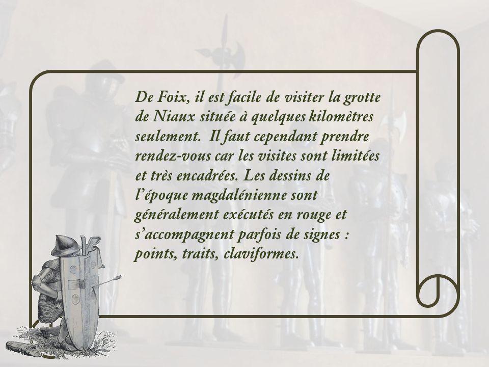 Les chapiteaux, montrés ci- contre, sont conservés au musée, dans le château. Celui du haut représente une ville assiégée, symbolisée par une porte et