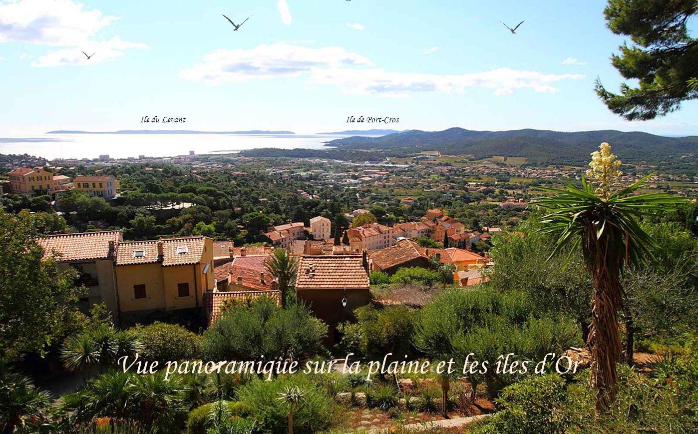 Bormes-les-Mimosas est souvent comparé, grâce à son vieux village, à une crèche provençale : vieilles maisons couvertes de tuiles roses, ruelles fleur