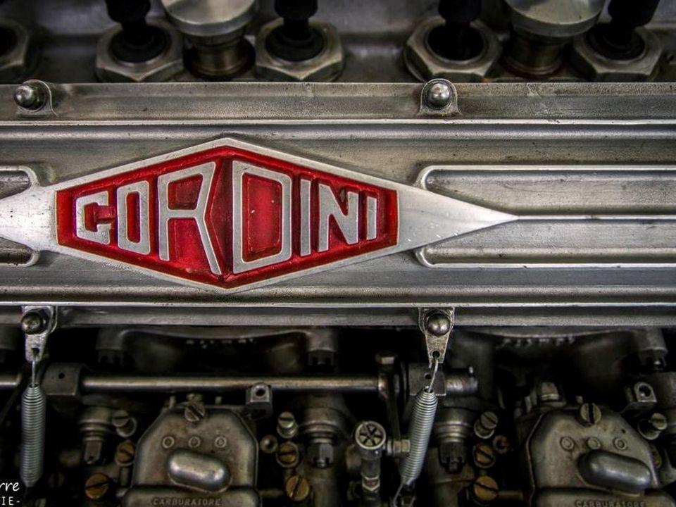 Il conçoit son premier moteur personnel de 6 cylindres, 1 987 cm³ 175 ch.