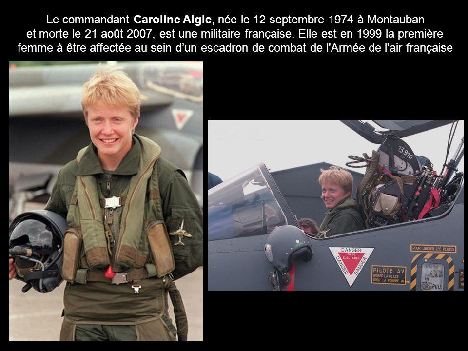 Caroline Aigle en tenue de pilote devant un avion de chasse. Diplômée de l'École polytechnique, elle intègre l'École de l'Air de Salon-de-Provence en