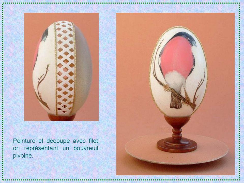 Premier essai de peinture sur œuf doie. Scène de danse africaine. Socle en bois fait main.