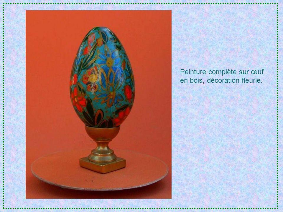 Œuf doie gravé et sculpté façon dentelle, décoration agrémentée de pétales dimmortelles assemblés et peints à la main.