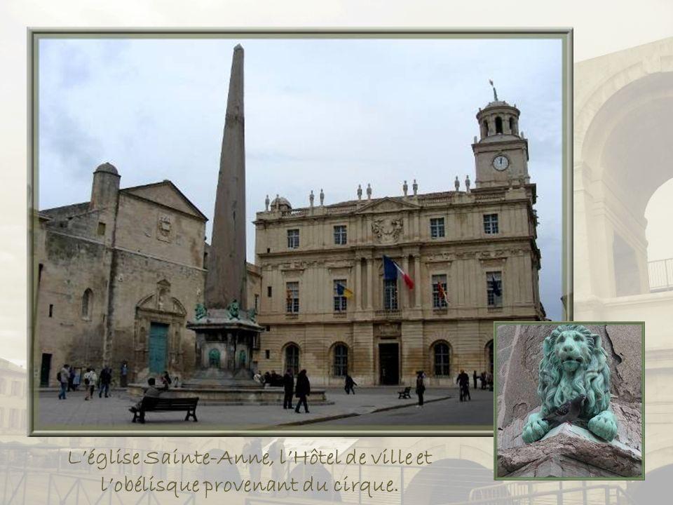 Par larrière nous arrivons au cœur de la cité, la place de la République où souvre lHôtel de ville dont on voit ici la tour.