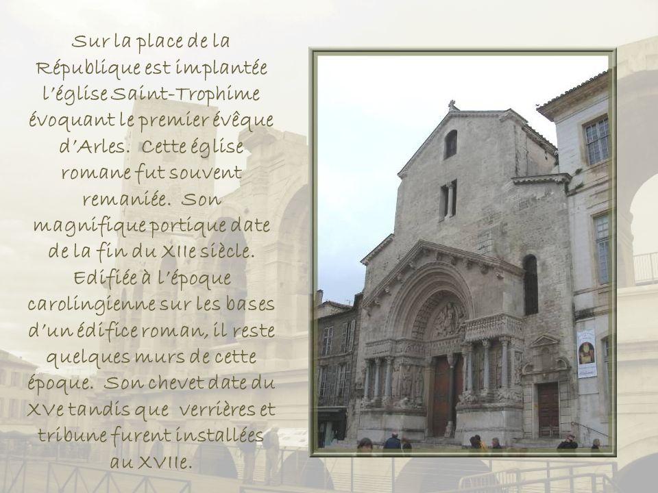 Léglise Sainte-Anne, lHôtel de ville et lobélisque provenant du cirque.