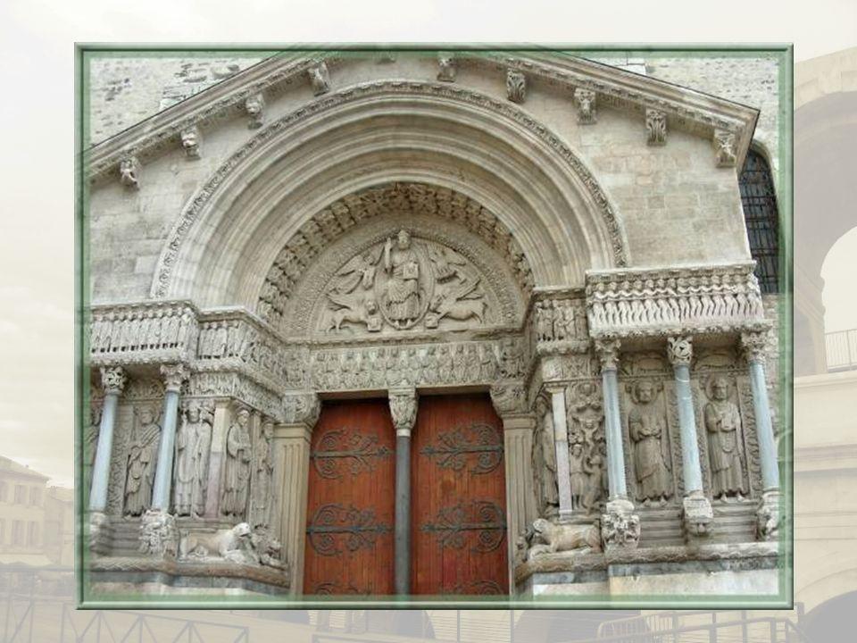 Sur la place de la République est implantée léglise Saint-Trophime évoquant le premier évêque dArles.