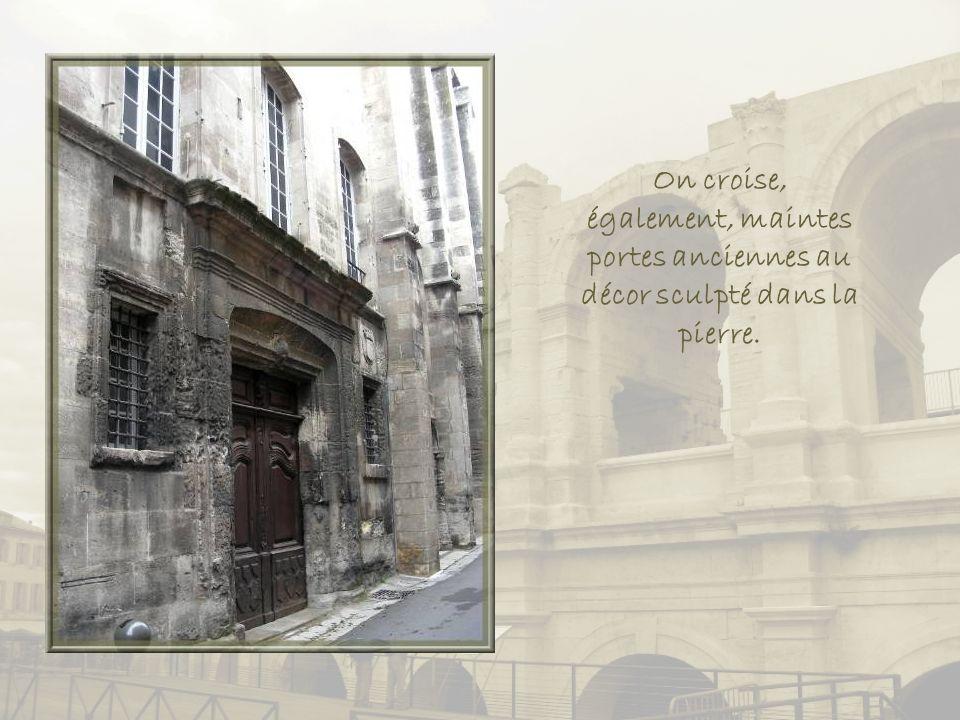 La maison Arlatan de Beaumont, datant du XVe siècle abrite, de nos jours, un petit hôtel pittoresque.
