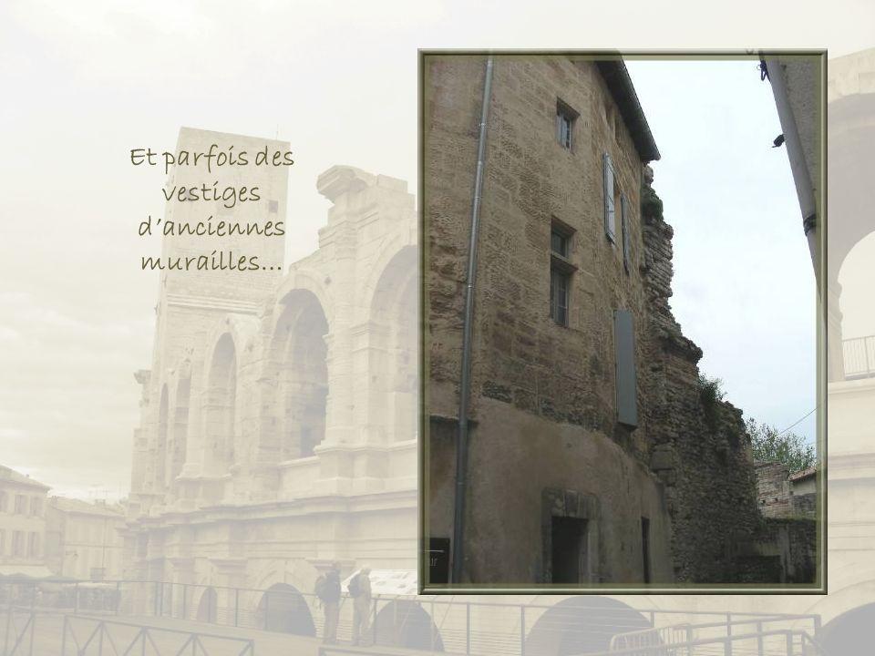 On croise, également, maintes portes anciennes au décor sculpté dans la pierre.