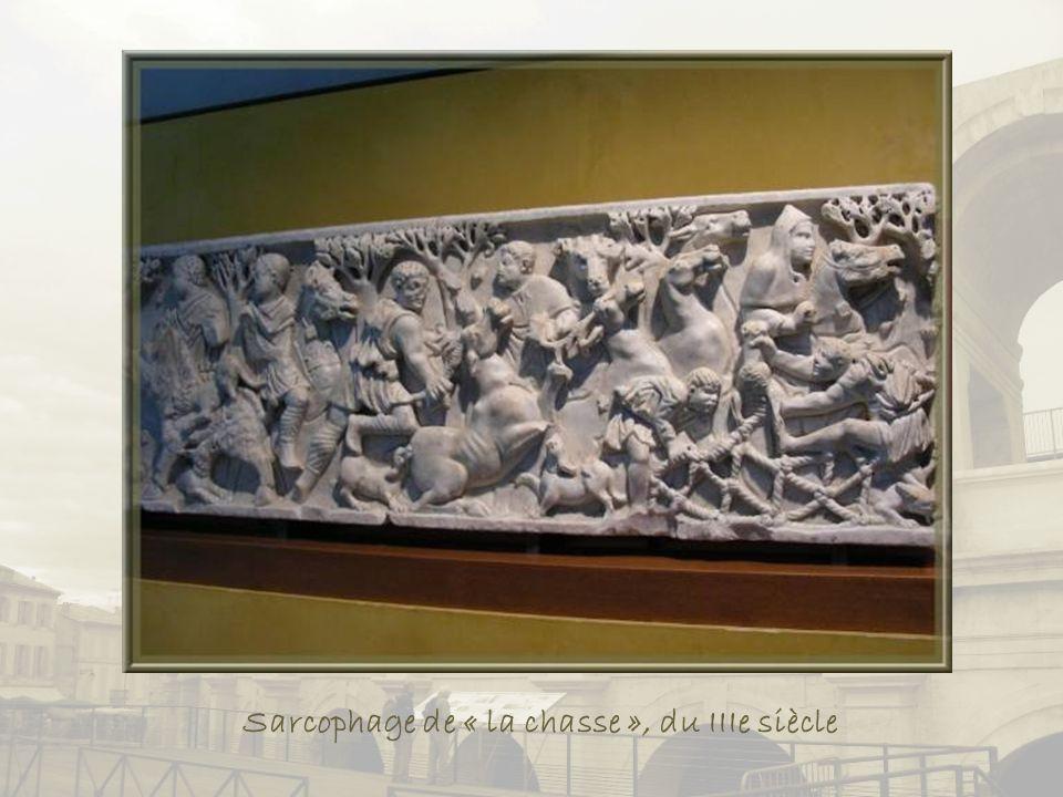 En marbre blanc, le sarcophage de « La Trinité » ou « des Epoux »., du début du Ive siècle.