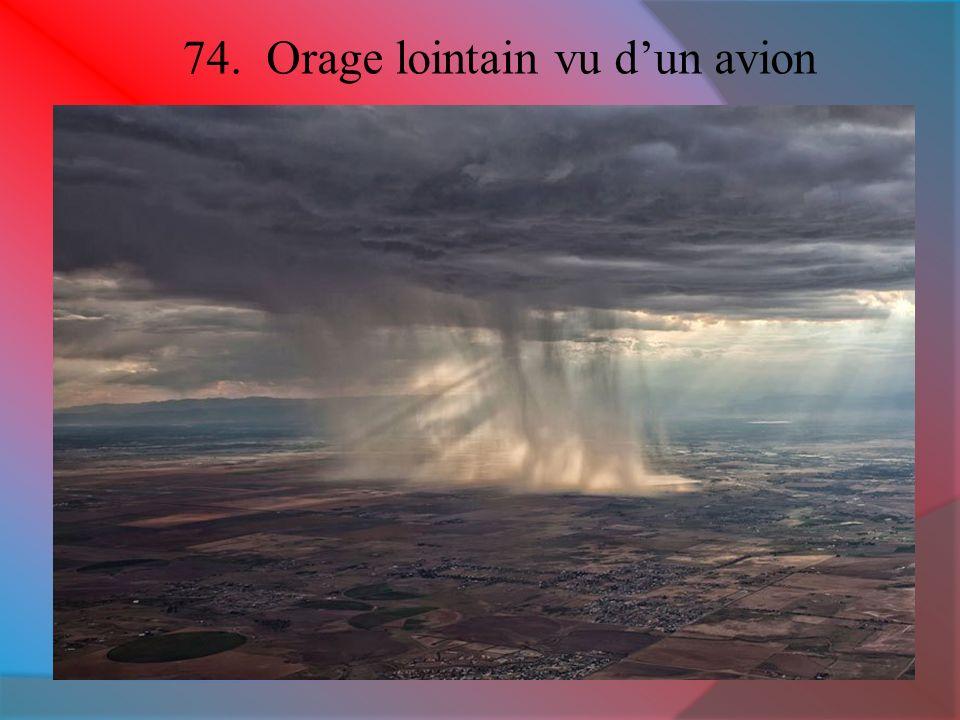 74. Orage lointain vu dun avion