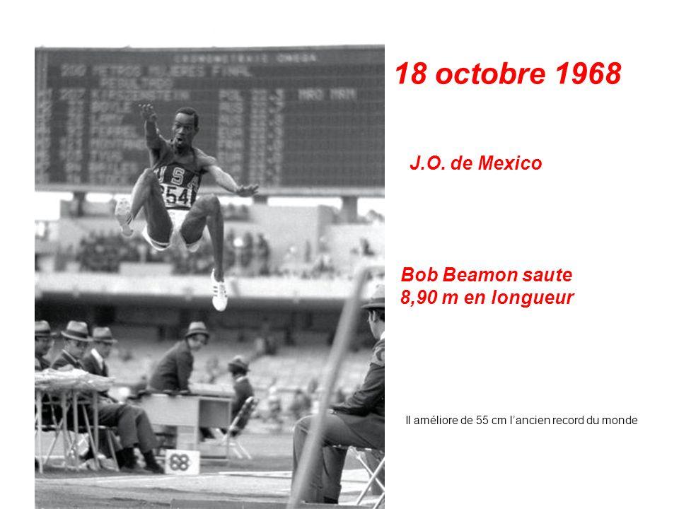 17 octobre 1968 J.O. de Mexico Tommie Smith et John Carlos lèvent le poing ganté de noir Podium du 200 m
