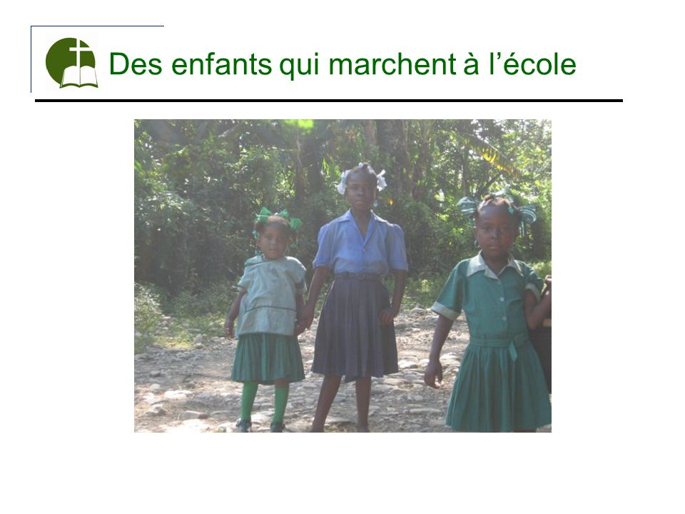 Des enfants qui marchent à lécole