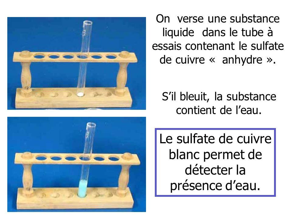 On verse une substance liquide dans le tube à essais contenant le sulfate de cuivre « anhydre ». Le sulfate de cuivre blanc permet de détecter la prés