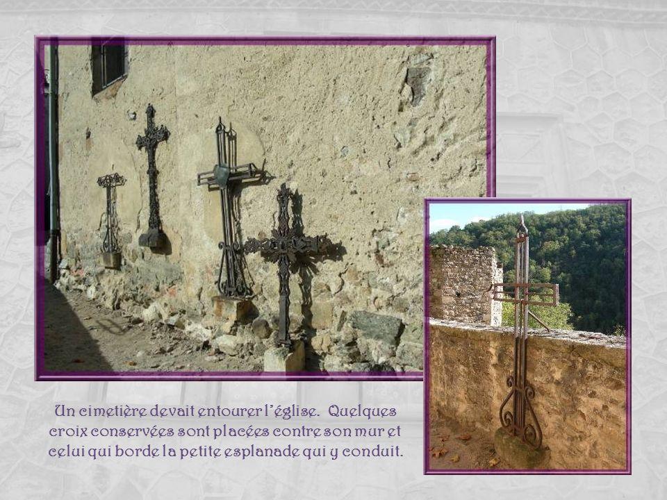 Perchée sur un éperon rocheux léglise de Malleval fut construite au XIe siècle mais il ne reste quune abside de cette période. Elle fut reconstruite e