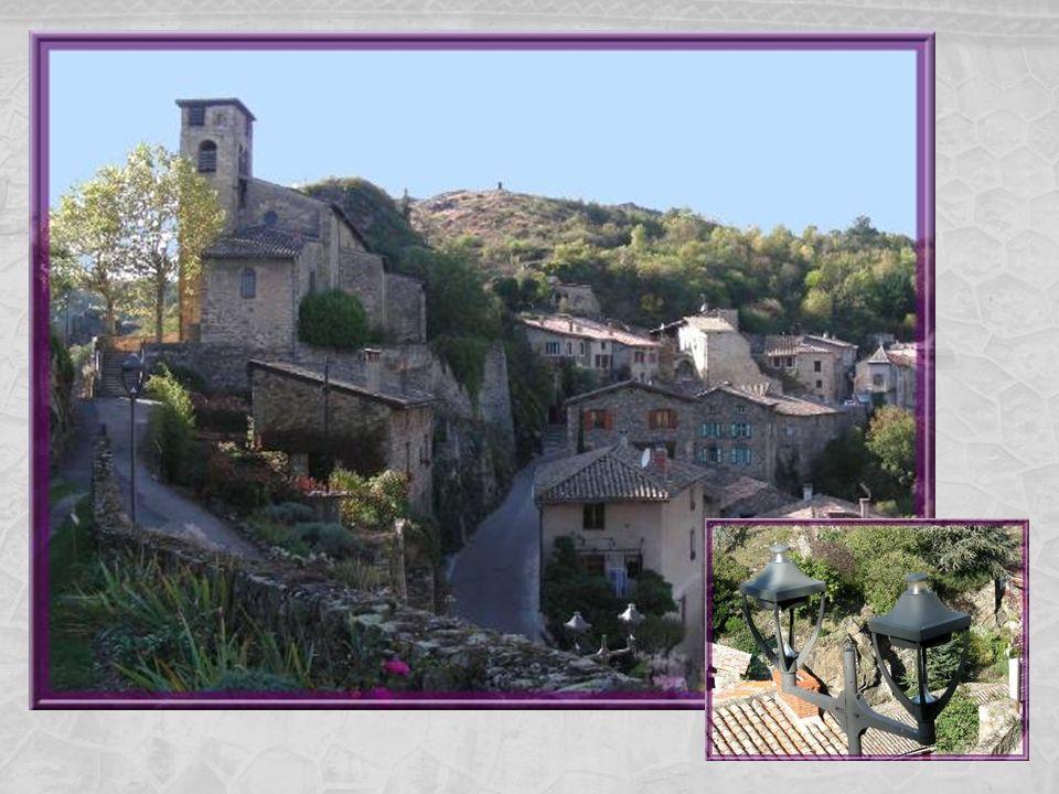Au pied de léglise, une croix de mission comme on en érigea tant en France au XIXe siècle.