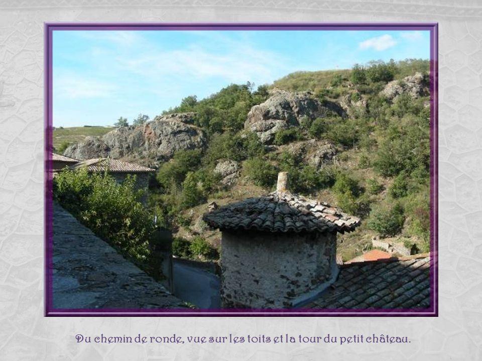 Léglise se trouvait placée entre deux châteaux, lun qui comprenait un donjon dont nous avons vu la base plus tôt et le plus ancien, dit de Roche-Chauv