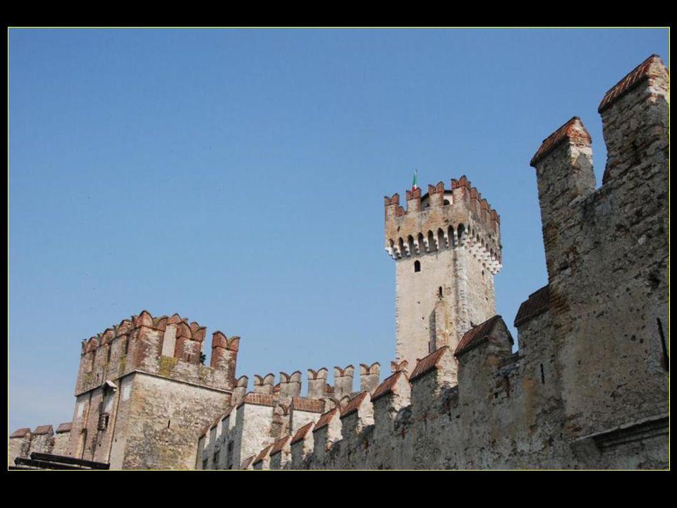 Au XIII me siècle, les Scaligeri de Vérone semparent de la ville et construisirent la forteresse protégeant laccès à la cité