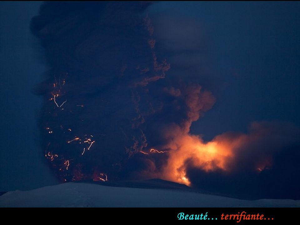 La foudre et le mouvement flou et turbulent des cendres apparaissent détaillées dans cette photo dexposition de 15 secondes.