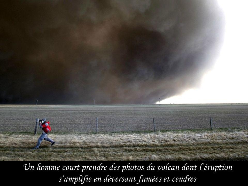 La fumée s'élève en formant une muraille épaisse et dangereuse du volcan Eyjafjallajökull