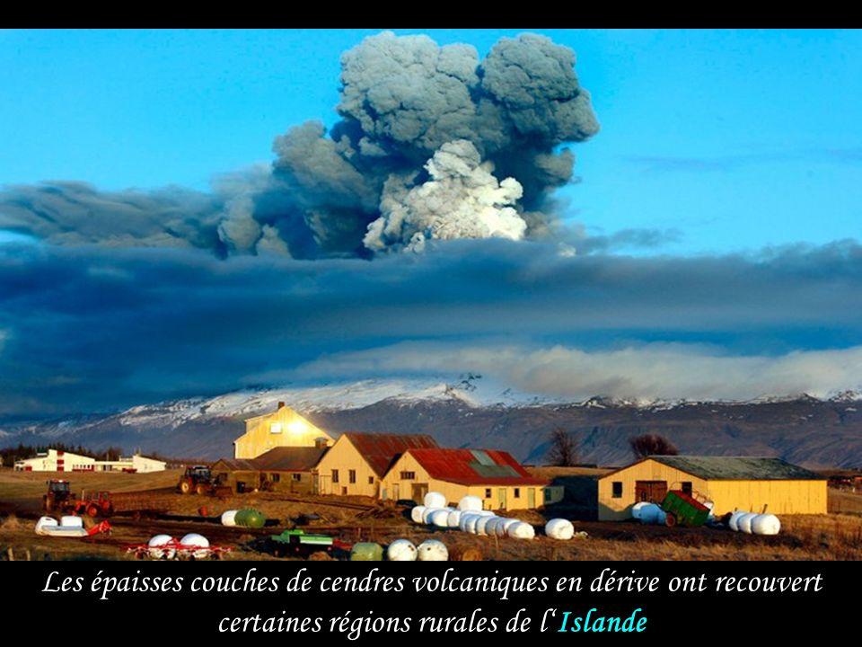 le vendredi 16 avril 2010 juste avant le coucher du soleil, le volcan Eyjafjallajökull dans le sud de l Islande entre en éruption sous le glacier, env