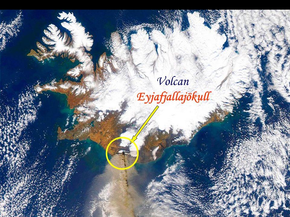 Le volcan glacier Eyjafjallajökull dans le sud de l'Islande projette ses cendres dans les airs