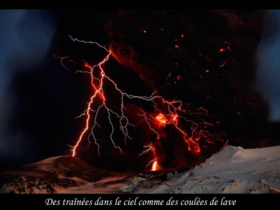 Le panache de cendres du volcan Eyjafjallajökull situé au sud-ouest de l'Islande se déplace rapidement vers le sud au dessus de l'océan Atlantique Nor