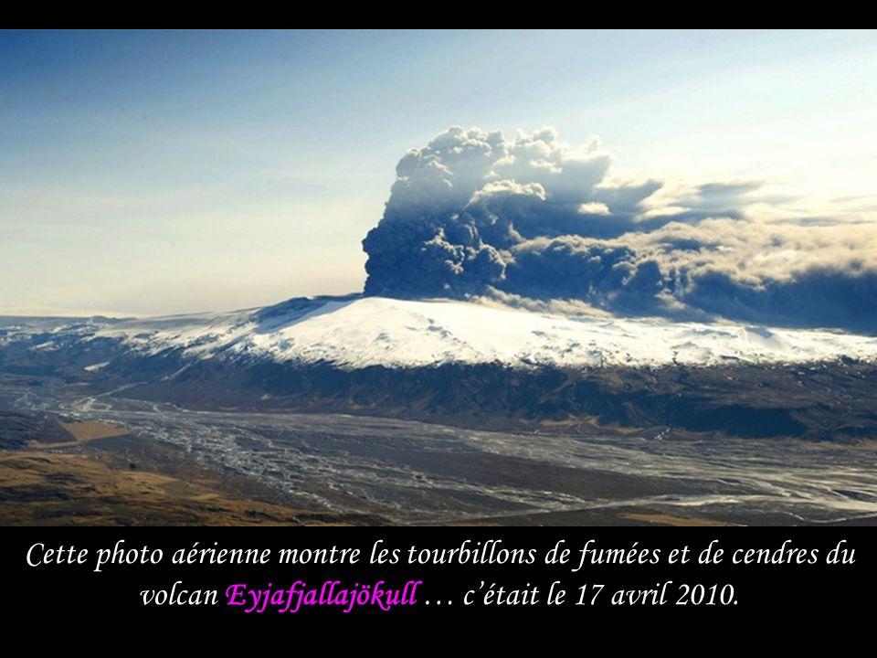 Le nuage de cendres noires domine la côte sud islandaise