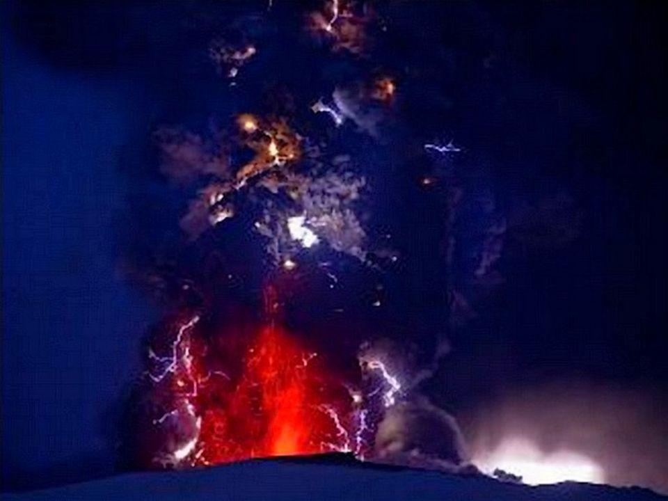 Le panache de cendres est éclairé de l'intérieur par les éclairs de la foudre aux multiples apparences